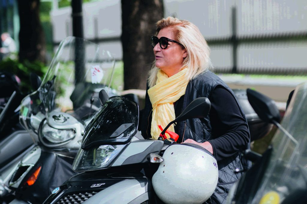 Hedwige Chevrillon sur son scooter en sortant de BFM