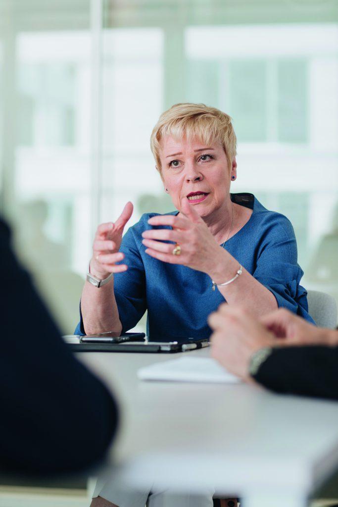 Linda Jackson en discussion avec les étudiants HEC
