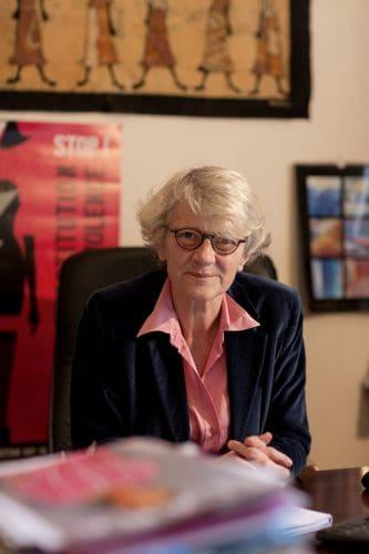 Hélène de Rugy dans son bureau de l'Amicale du Nid.