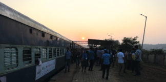 Aurore depuis le train Jagriti Yatra, Inde