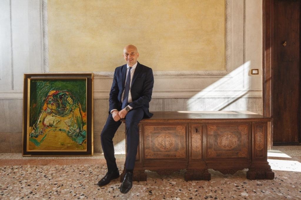 Massimo Tammaro dans un des salons de la villa Bartolini-Tammaro avec des tableaux.