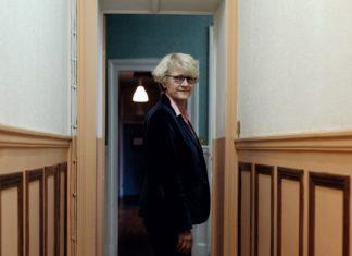 Hélène de Rugy, déléguée générale de l'Association l'Amicale du nid, se tient debout dans un couloir.