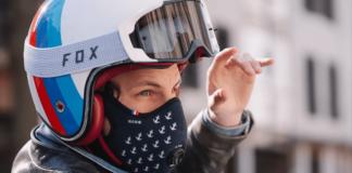 Un motard porte le masque R-Pur de l'incubateur HEC